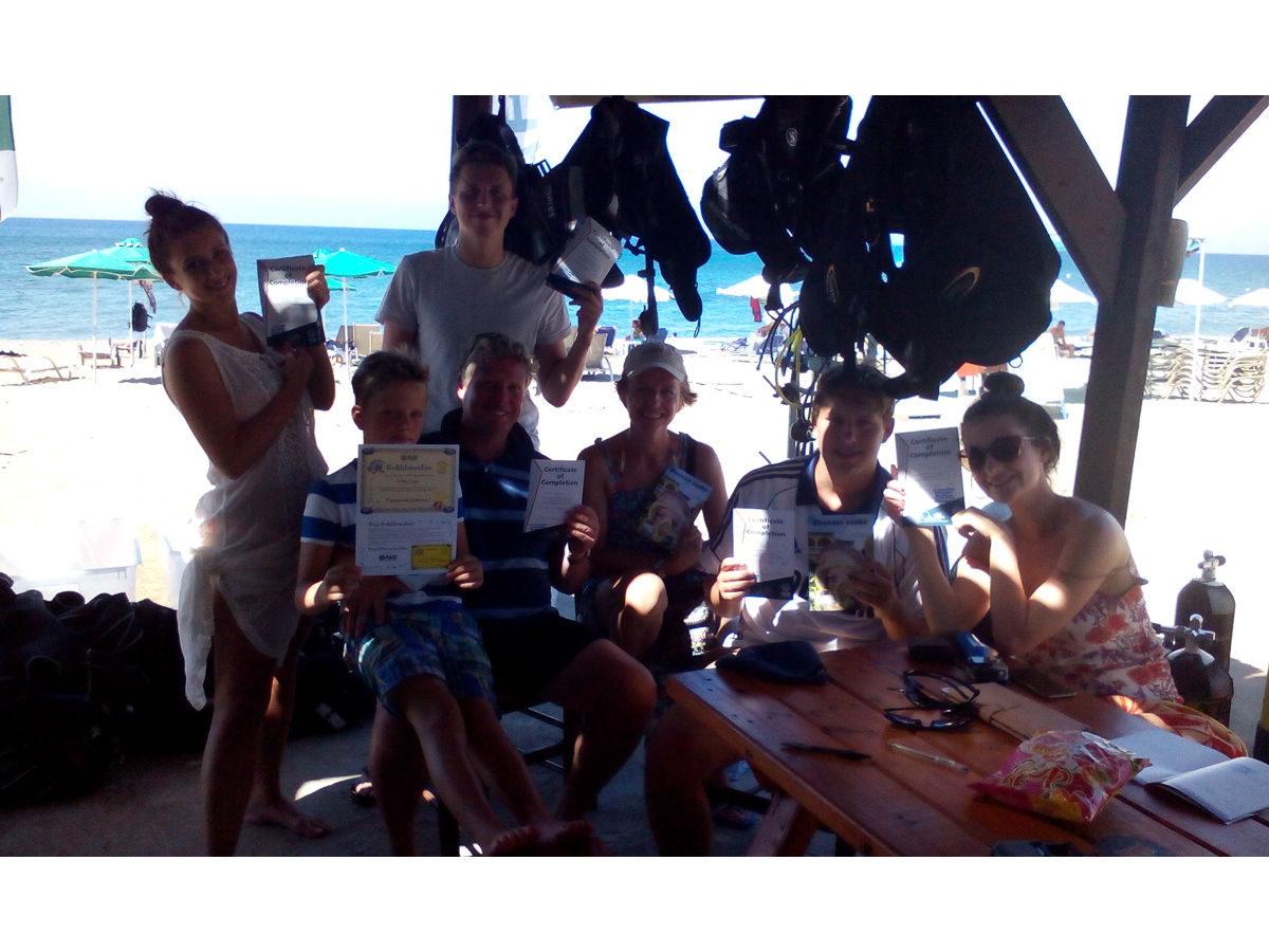 Cool Divers Latchi - Cyprus students with diplomas